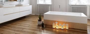 holzböden im badezimmer wärme und natürlichkeit unter den