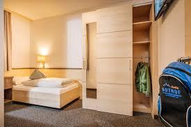 das schlafzimmer mit einem bett im appartement edelweiß ist