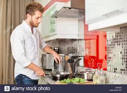 mann in küche stockfotografie alamy