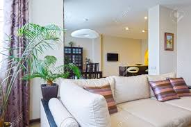 das innere einem schönen wohnzimmer mit modernen möbeln in hellen farben