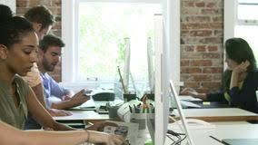 aux bureaux ordre de laps de temps des travailleurs aux bureaux dans le bureau