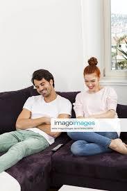 stockfoto glückliches junges paar sitz zu hause im wohn