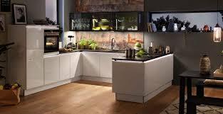 grifflose u küche mit designglastüren und naturstein