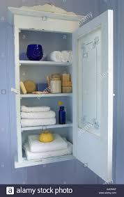 vintage badezimmerschrank mit milchglas tür und