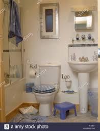 überprüft den sitz auf der toilette im badezimmer mit