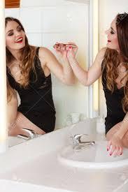 hübsches mädchen auf spiegel im badezimmer zeichnen lustige konzept während make up