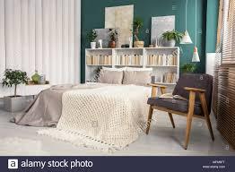 weiß und grün schlafzimmer innenraum mit einem strick decke