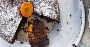 aprikosen schokoladen kuchen angebissen