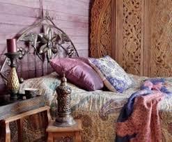 boho chic style im schlafzimmer mit holzwandverkleidung in