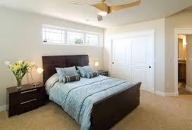 keller schlafzimmer helle farben mit dunklen möbeln