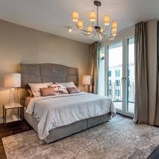 elegante schlafzimmer mit bodentiefen fenstern und einer