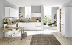 weiße einbauküche mit küchenregal in holz optik nolte