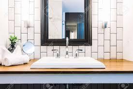schöne luxus weiße waschbecken dekoration im badezimmer interieur vintage lichtfilter