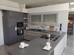 häcker küche mit hochglanz lack fronten in lavagrau und pinie grau