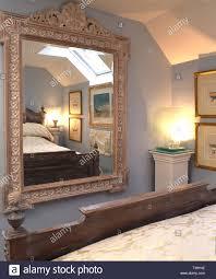 große gemalte spiegel auf schlafzimmer wand stockfotografie