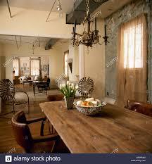 landhausstil offene gelb esszimmer mit sitzecke über