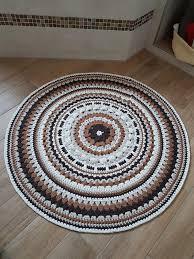 häkeln runder teppich in naturtönen badezimmer