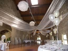 pack décor plafond en organza avec ballon explosif fanion chemin