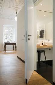blick in badezimmer einer altbauwohnung bild kaufen