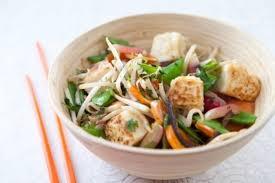 cuisiner avec un wok recette de wok de légumes au gingembre tofu végétarien facile et