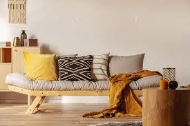 kopieren sie raum auf leere weiße wand modischem wohnzimmer interieur mit gelben und orangefarbenen akzenten foto bialasiewicz auf envato