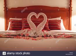 romantisches schlafzimmer innenraum küssen swan origami