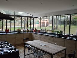 cuisine a l ancienne une verrière à l ancienne pour une cuisine dans un jardin