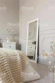 spiegel in weißem rahmen auf grauer wand aus stilvollem andinavienschlafzimmerinterieur stockfoto und mehr bilder behaglich