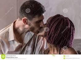 baise cuisine couples heureux de métis partageant un baiser dans la cuisine photo