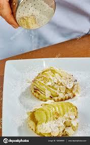 glacer en cuisine faire cuire le gâteau décoré avec les noix et le sucre à glacer pour