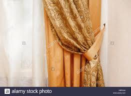 schöne goldene vorhang im schlafzimmer stockfotografie alamy