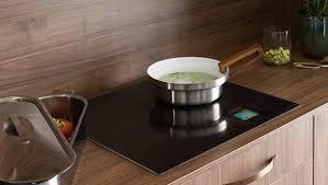 cuisiner avec l induction electroménager intégré à votre cuisine sur mesure mobalpa