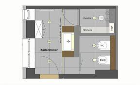 der grundriss zeigt die aufteilung des badezimmers mit dem