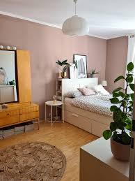 einblick ins schlafzimmer wandfarbe bett pflan