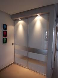 porte coulissante en verre laqué contemporaine pour placard