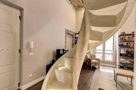 enduit à la chaux moderne taupe et plafond dans un loft