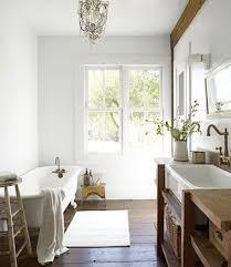 salle de bain rétro blanche et meubles en teck