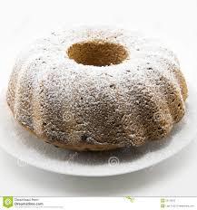 klassischer kuchen mit puderzucker und loch in der mitte