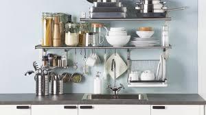 ikea eine aufgeräumte küche durch clevere wandregal lösungen