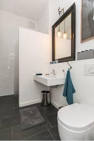 hochwertig eingerichtetes badezimmer mit goldrandspiegel