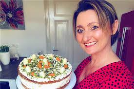 backbloggerin angie backt eine pfirsich schmand torte zu