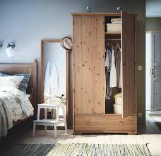 schlafzimmer im landhausstil bett teppich spiegel