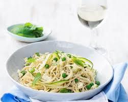 cuisiner des petit pois frais recette spaghettis aux petits pois courgette et fromage frais