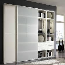 weißes wohnzimmer regal mit glas schiebetür nics