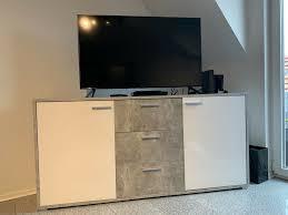 esszimmer und wohnzimmer kombination in beton optik weiß