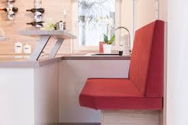 küche mit theke und roter sitzbank inneneinrichtung haus