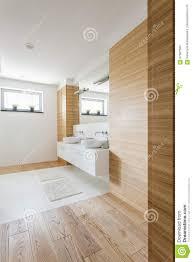 holz im badezimmer stockfoto bild waschbecken
