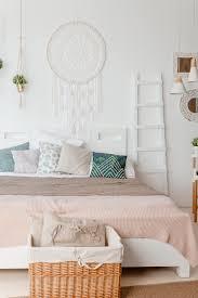 grünes beiges kissen auf dem bett im schlafzimmer mit