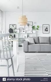 kunst sammlung in einem weißen wohnzimmer mit sofa stuhl