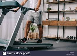 sicht des menschen workout auf laufband im wohnzimmer 7 8